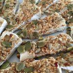 Brieost med rostade frön och chiliflakes
