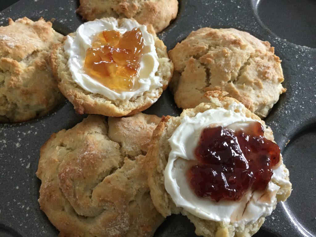 Scones med färskost och marmelad