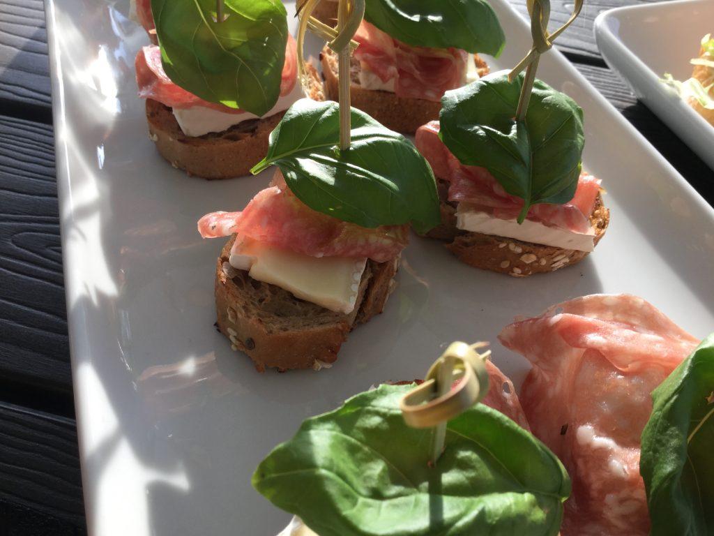 Tilltugg - baguett med brie, salami och basilika