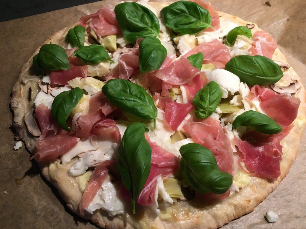 Pizza Bianca med kastanjechampinjoner, hyvlad halloumi och lufttorkad skinka
