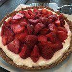 Kexchokladpaj med vaniljkesella och färska jordgubbar