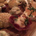 Bresalaokorgar med chevrekräm, rostade pinjenötter och timjan