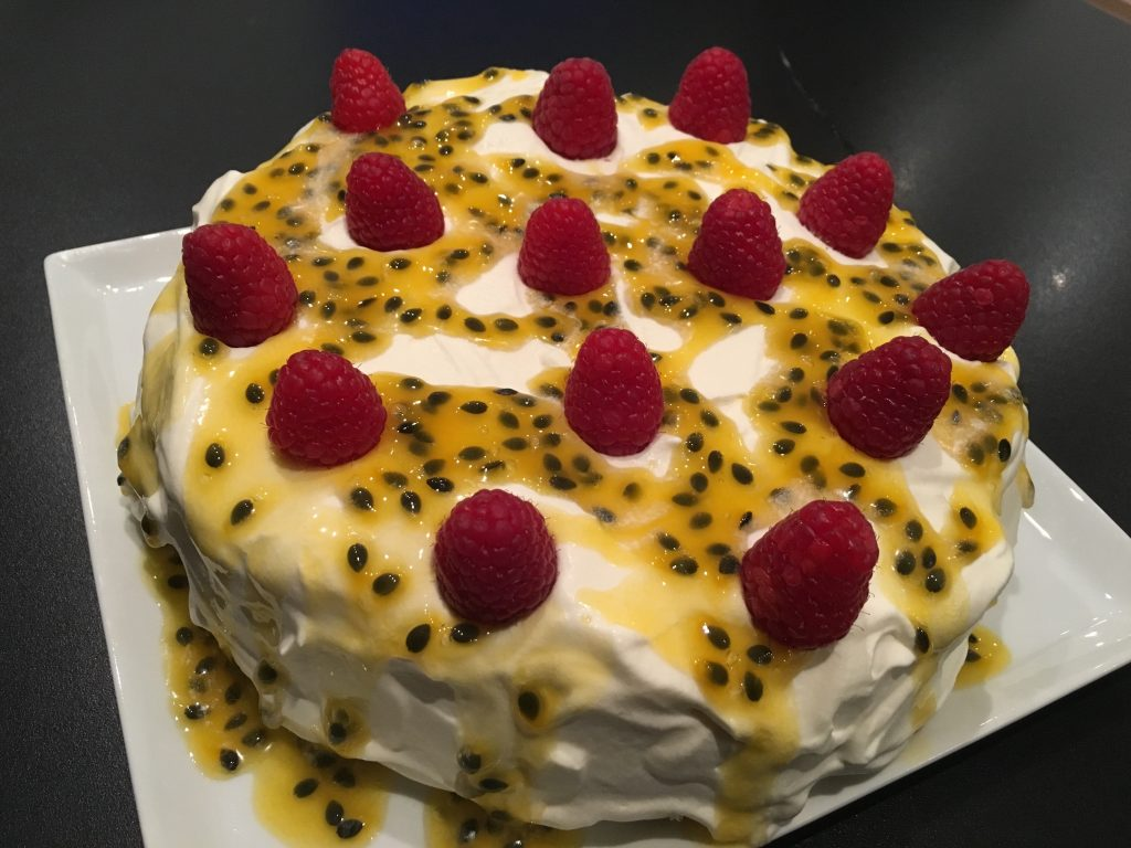 Fryst marängtårta med vaniljglass, grädde och passionsfruktssås