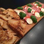 Smörstekt surdegsbröd med mozarella, tomat och basilika