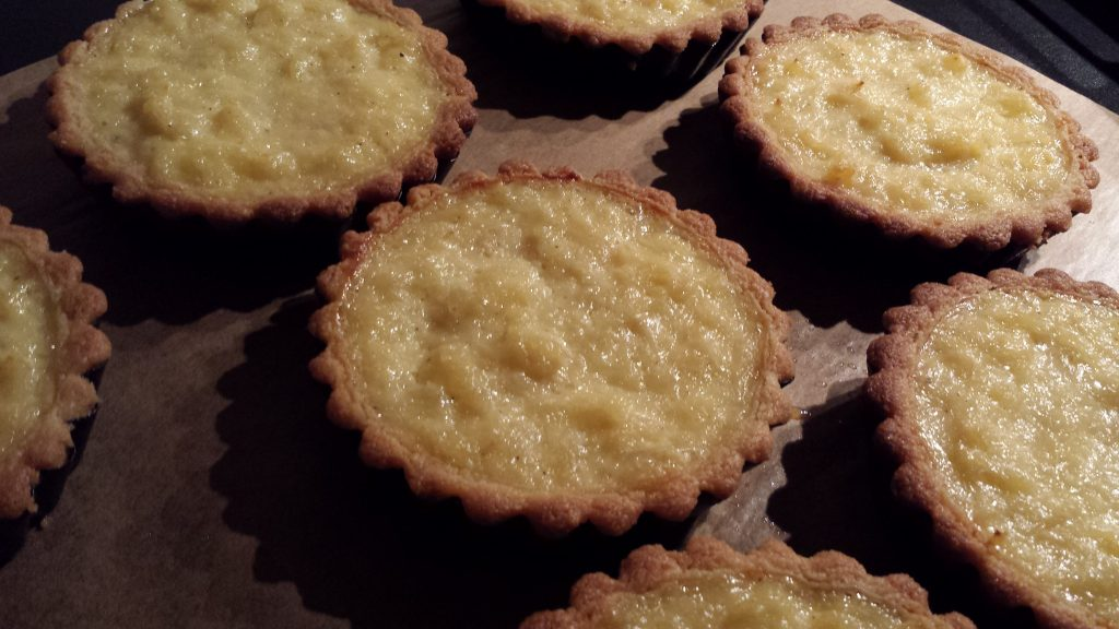 Ananaspaj i portionsformar