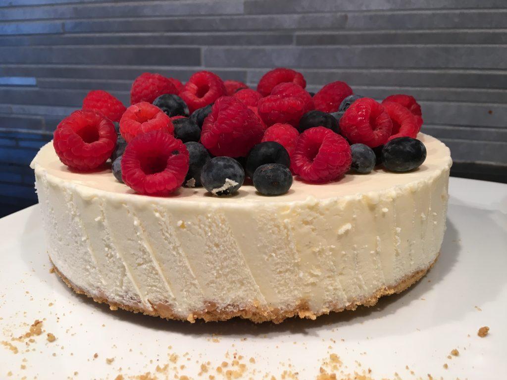 Fryst cheesecake med färska hallon och blåbär
