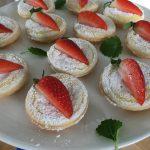 Smördegsbakelse med vaniljkräm och jordgubbar