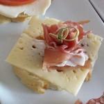 Baguette med plommonmarmelad, ost och prosciutto